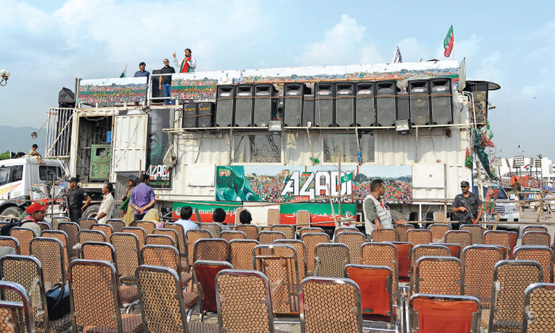 Imran Khan addresses empty chairs