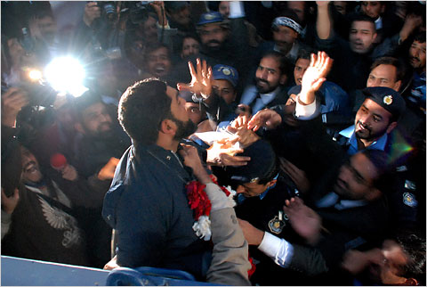 Mumtaz Qadri showered with roses